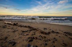 与波浪的日落海滩在苏必利尔湖在密执安 库存图片