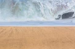 与波浪的沙滩在距离 免版税库存照片