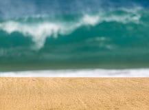 与波浪的沙滩在距离 免版税库存图片
