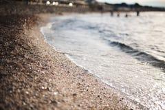 与波浪的海滨 免版税库存照片