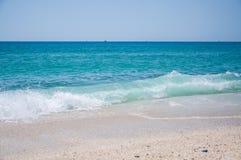 与波浪的美丽的沿海 图库摄影