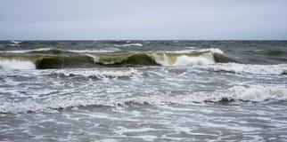 与波浪的风雨如磐的海景 免版税库存图片