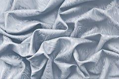 与波浪纹理的银色丝绸锦缎 免版税库存照片