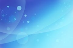 与波浪,浮动泡影或圈子的抽象明亮的蓝色背景 免版税库存图片