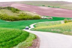 与波浪moravian小山和汽车的壮观的风景在asphal 图库摄影