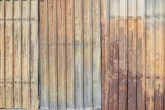 与波纹状和铁锈的金属纹理 免版税库存照片