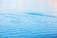 与波纹的浅兰的海水表面 免版税库存照片