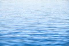 与波纹的浅兰的海水表面 免版税库存图片
