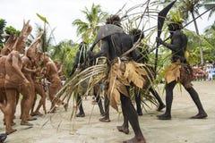 与泥人,所罗门群岛的奇怪的舞蹈仪式 免版税图库摄影