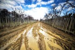 与泥路的风景 免版税库存照片