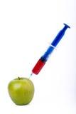 与注射器的苹果计算机 免版税库存照片