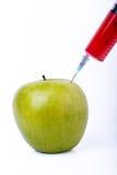 与注射器的苹果计算机 图库摄影