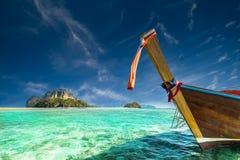 与泰国传统小船的惊人的热带风景 泰国 免版税图库摄影