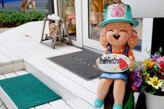 与泰国字母表尹迪伊吨Rab的陶瓷玩偶显示,意味 免版税库存照片