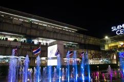 与泰国旗子前面的跳舞水在泰国模范泰国的中心 免版税库存照片