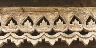 与泰国样式样式艺术的被雕刻的木栅格结构。 库存照片