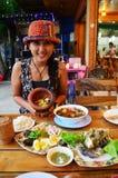 与泰国烹调集合的泰国妇女画象 免版税库存照片