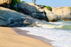 与泰国的岩石的自然海滩 免版税库存图片