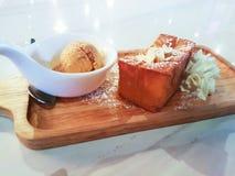 与泰国茶冰淇凌的蜂蜜多士 图库摄影