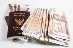 与泰国金钱的泰国护照 免版税图库摄影