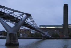 与泰晤士河和千年桥梁的蓝色五颜六色和镇静秋天早晨 免版税图库摄影