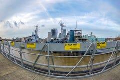 与泰晤士河和标签的HMS贝尔法斯特战舰的看法 库存图片