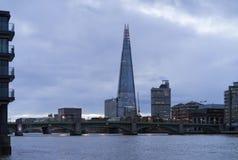 与泰晤士河和碎片的蓝色五颜六色和镇静秋天早晨在伦敦市 免版税库存图片