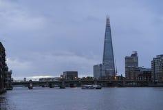 与泰晤士河和碎片的蓝色五颜六色和镇静秋天早晨在伦敦 免版税库存照片