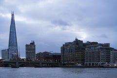 与泰晤士河和碎片的蓝色五颜六色和镇静秋天早晨在伦敦 库存图片