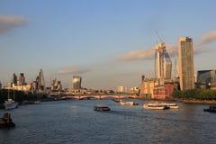 与泰晤士河的伦敦市地平线 图库摄影