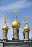 与泰赖姆教会十字架的完善的金黄葱形状圆顶  图库摄影