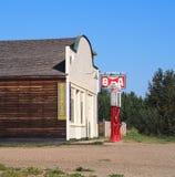 与泵浦的老加油站 免版税库存照片