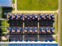 与泵站的冷却塔大厦在下面在能源厂 鸟瞰图 库存图片