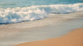 与洗涤它的泡沫似的绿松石波浪的海岸线 慢的行动 影视素材
