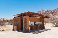 与洗涤物设施的洗手间在Spitzkoppe在纳米比亚 免版税库存图片