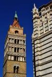 与洗礼池的中世纪钟楼在皮斯托亚 免版税库存照片