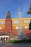 与洞穴的克里姆林宫` s中间Arsenalnaya塔和罗马 免版税库存照片