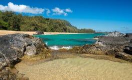 与流动入水池的波浪的Lumahai海滩考艾岛 免版税库存照片