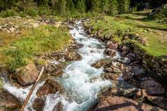 与流动的小河的山风景 犹太教教士谷,特伦托自治省女低音阿迪杰,意大利 免版税库存照片