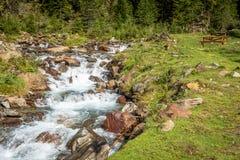 与流动的小河的山风景 犹太教教士谷,特伦托自治省女低音阿迪杰,意大利 图库摄影