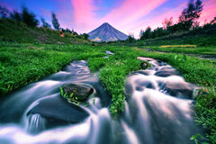 与流动的小河的Mt.马荣火山 免版税库存图片