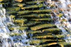 与流动的水的石小瀑布 图库摄影