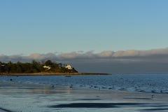 与流动的波浪的美丽的新英格兰海滩 免版税库存图片