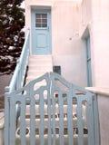 与浅兰的门的五颜六色的白色房子在米科诺斯岛海岛上的门面和楼梯 免版税库存图片