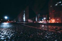 与浅景深的夜都市风景,广角看法 免版税库存图片