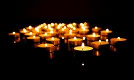 与浅景深的灼烧的蜡烛 免版税库存图片