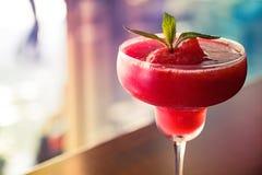 与浅焦点的冷冻草莓酒 免版税库存照片