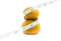 与测量的桔子被隔绝的 免版税库存图片