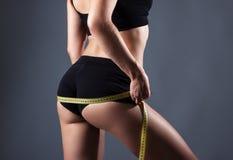 与测量的磁带的健康女性身体 库存图片