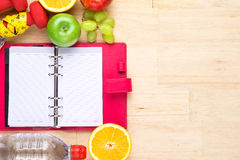 与测量的磁带的健康果子在木上面,为丢失重量,饮食,静物画背景,健康生活方式概念 免版税库存图片